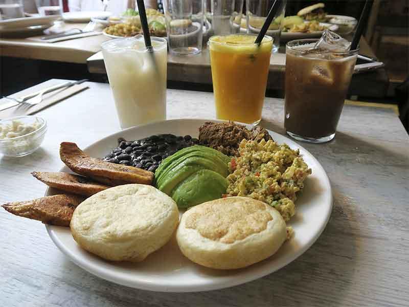 brunch venezolano restaurante Apartaco arepas carne mechada