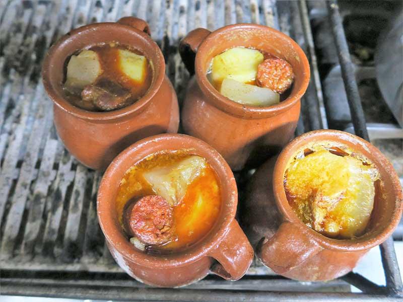 Cocido madrileño Taberna La Bola Ollas al fuego de carbon