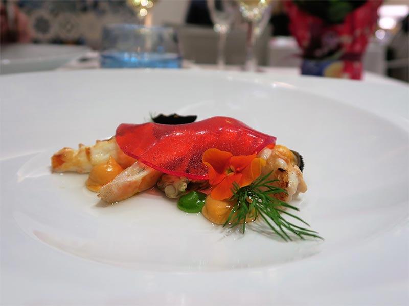 Restaurante Kalma Madrid Marriott Auditorium Hotel Mariscos con mayonesa de sus corales y velo de flores