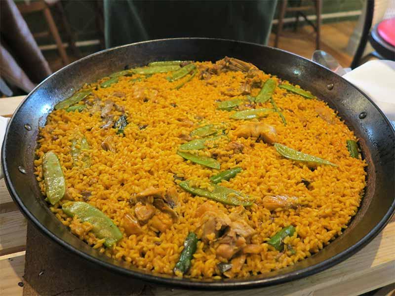 Arroceria y Mecado El Clasico arroz con verduras carne de pollo y conejo