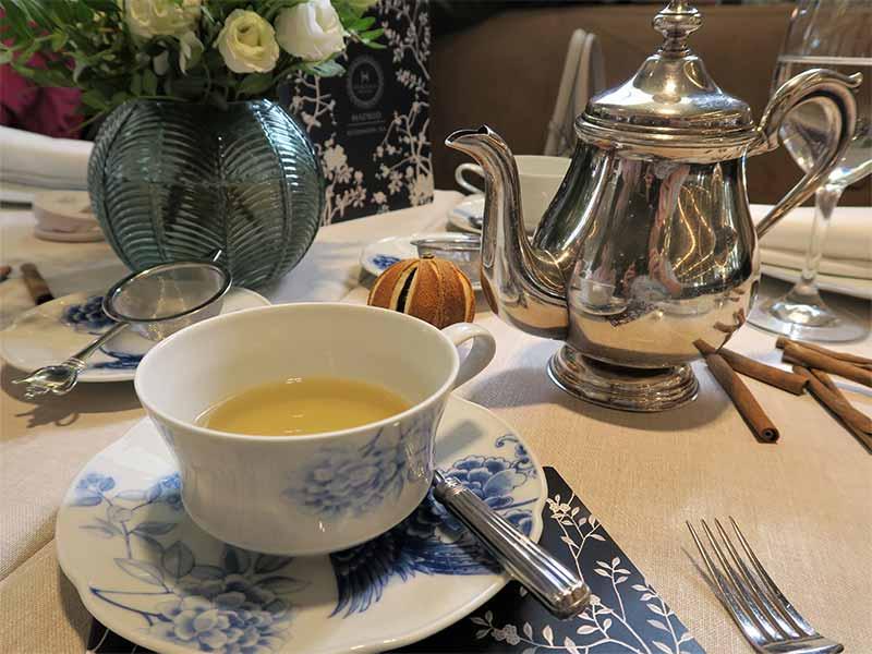 Tomar el te en Madrid Hotel Heritage 5 estrellas te verde con rosas