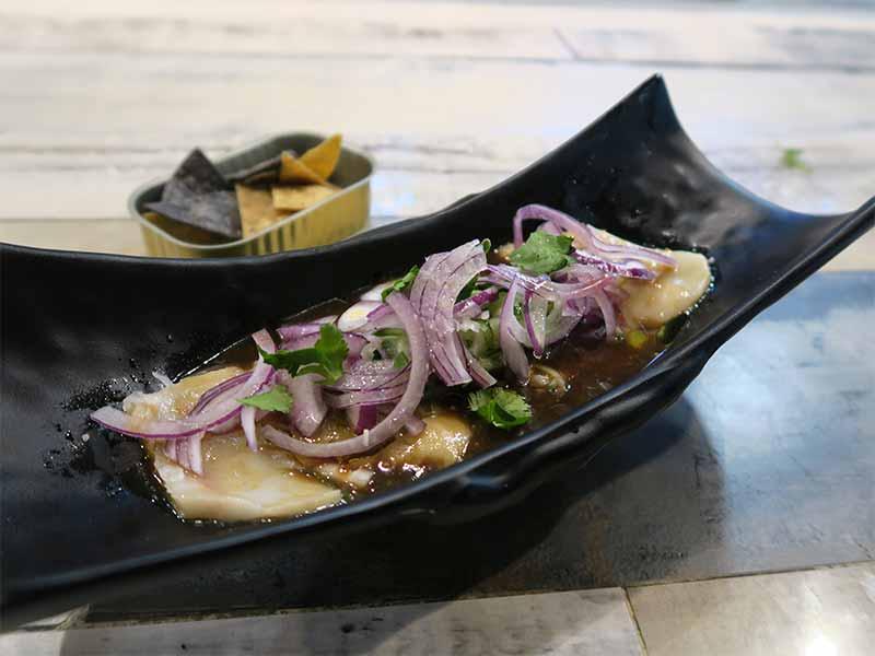 Tiradito de pez mantequilla en aguachile negro La Gastro Salvaje