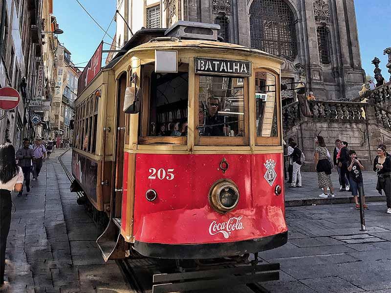 Torre de los Clerigos y tranvia viajar a Oporto