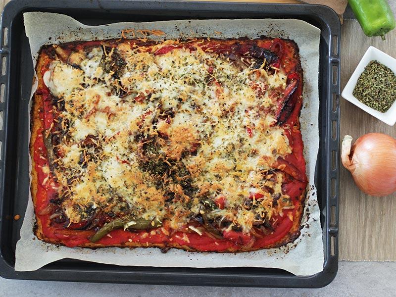 Pizza de coliflor con verduras