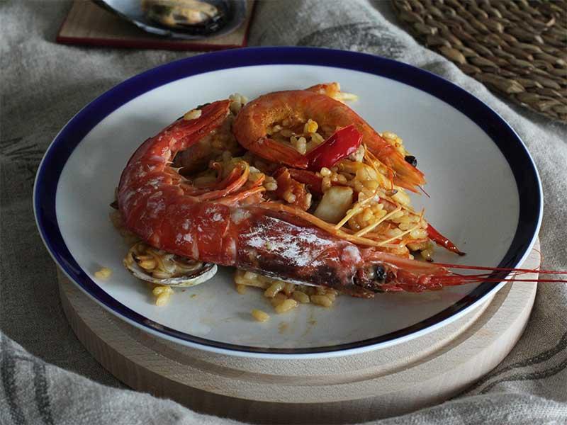 Paella de langostinos y pescado