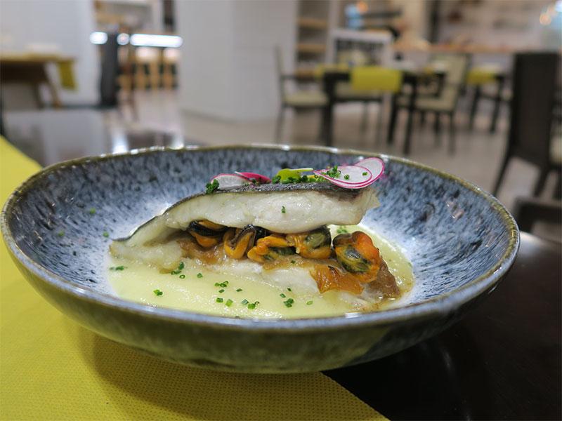 Restaurante Bocarte Pontevedra Rodaballo relleno asado al horno con cebolla caramelizada y moluscos
