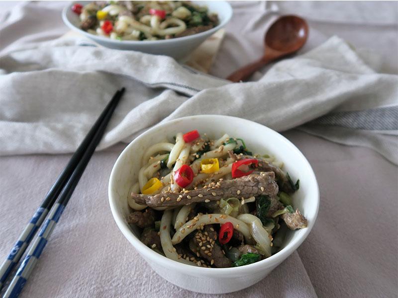 Noodles de udon con ternera y verduras