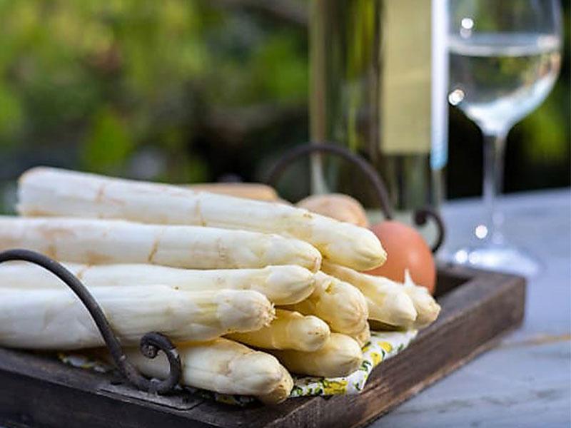 pelar y cocer esparragos blancos frescos