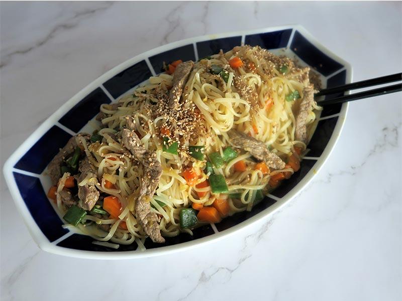 Noodles de arroz con ternera