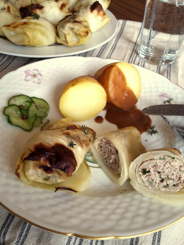 kaaldolmere, brun sovs, agurkesalat