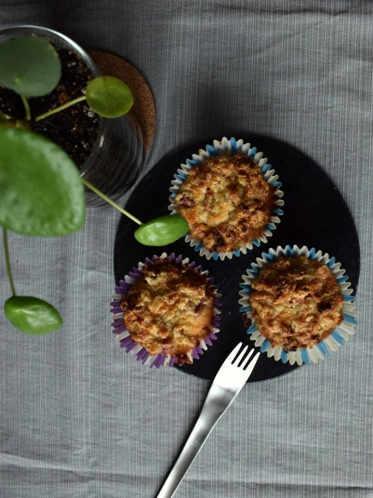 glutenfrie rabarbar muffins med sprød crumble, marcipan, low fodmap