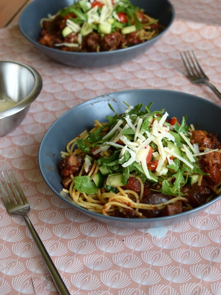 pasta i cremet tomatsovs med aubergine, oliven, kapers