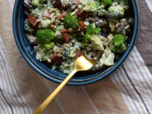 broccolisalat med bacon og rosiner