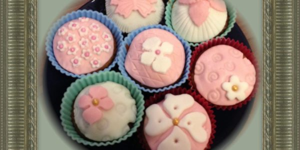 Epres muffin amely végül fondant díszítést kap (Starwberry muffins decorated with fondant)