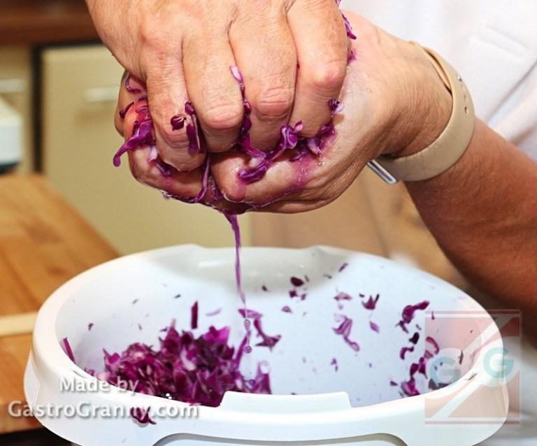 A 30 perc lejárta után a közben levet eresztett káposztát facsard alaposan ki. Ezt a fázist GastroPapi vállalta magára, mert jó erős kezeivel prímán ki tudja facsarni a káposztát.