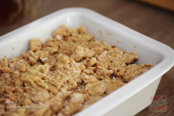 Rendez rá a liszt-mogyoró-vaj morzsát, majd egy villa segítségével oszlasd el, majd kissé tömörítsd.