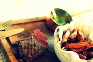 Server bearnaise saucen til en omgang hjemmelavede frites og den bedste bøf du kan finde...