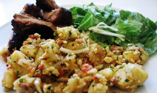Hjemmelavet Spareribs, pestokartoffelsalat og Ceasar