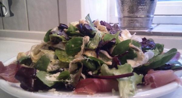 Salat med bresaola, æggestrimler og chili
