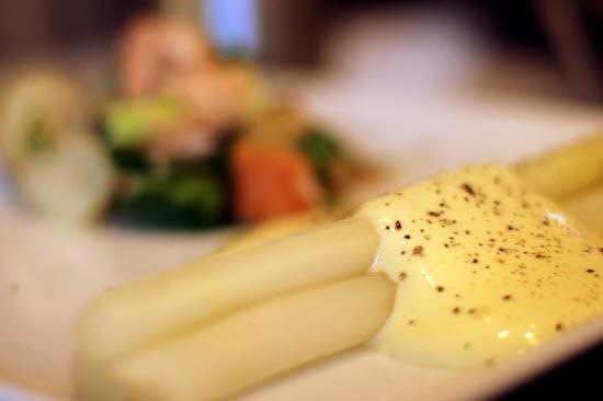 Hvide asparges med sauce hollandaise