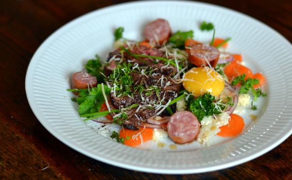 Steak, kålpølse, Vesterhavsost, brunet smør og lyn-blancherede grøntsager
