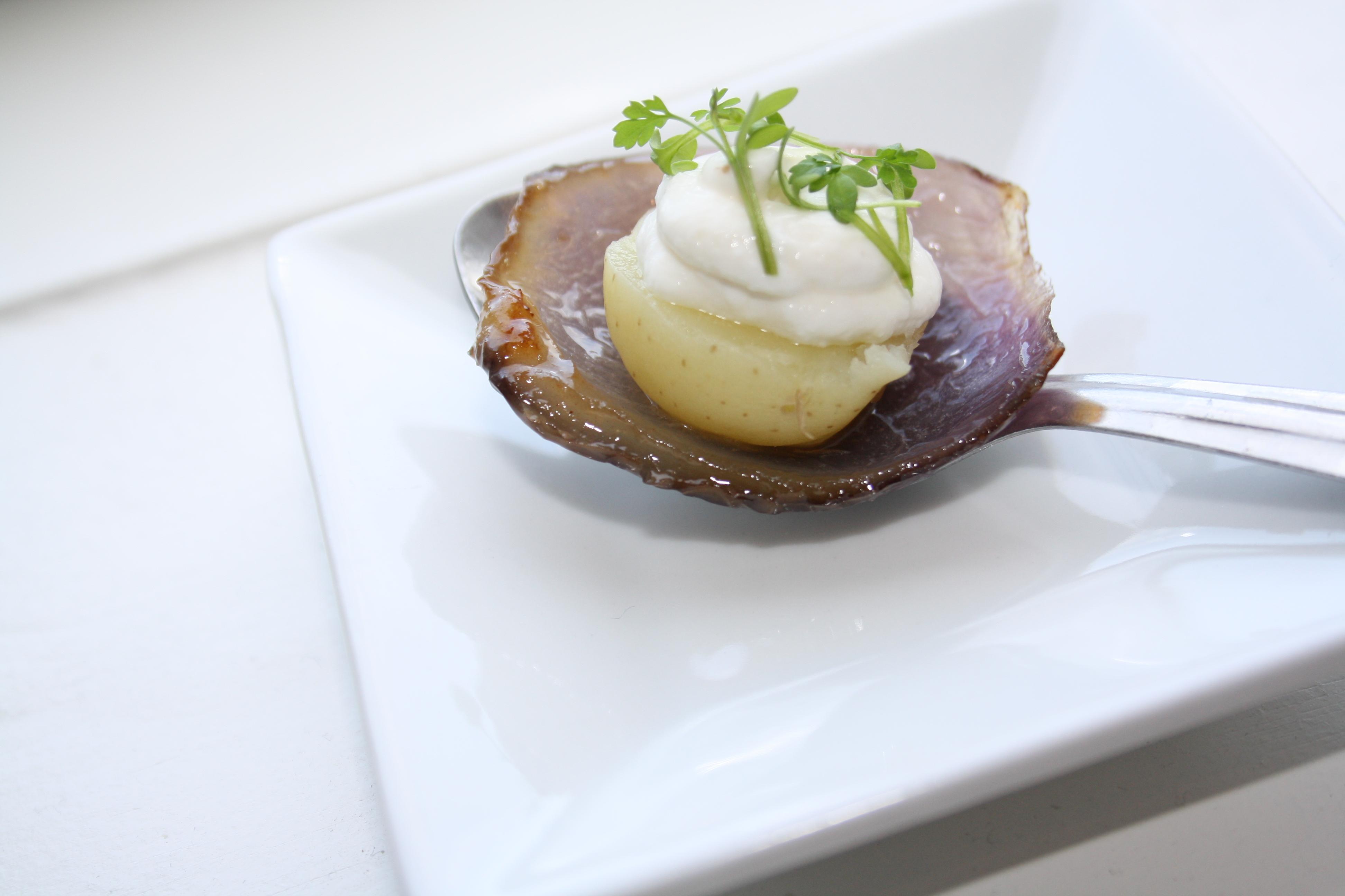 Fynsk Forårstapas Ii Nye Små Kartofler Søde Rødløg Rygeostcreme