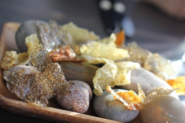 Lidt snacks bestående af hummer-chips, tang-chips og torske-chips...