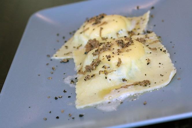 Ravioli med ricotta og salvie, hertil lidt brunet smør og reven sommertrøffel.