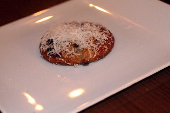 Lille løgtærte med reven parmesan.