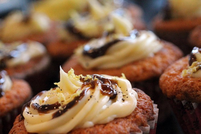 Hvid chokolademuffin m. hvid chokoladeganache, saltlakridssirup, citron og granuleret lakrids.