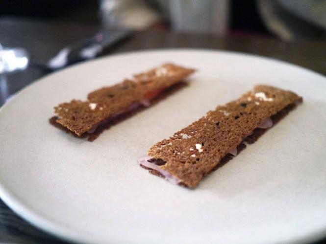 To meget delikate og elegante hapsere med sprødt brød, der indhyllede stykker af røget laks og kaviar.