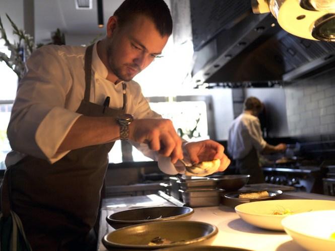 Det åbne køkken skjuler intet for gæsterne. Her er sanktpetersfisken ved at blive anrettet.