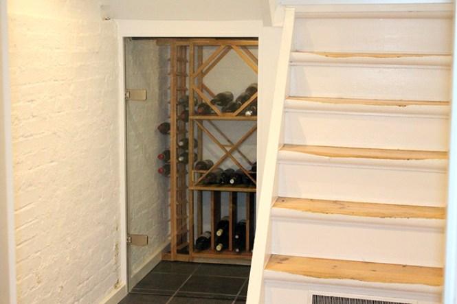 Indgang til rummet, med glasdør.