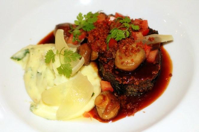 "Braiseret okse ""Bourguignon"" med tomat, svampe, flæsk og mos..."