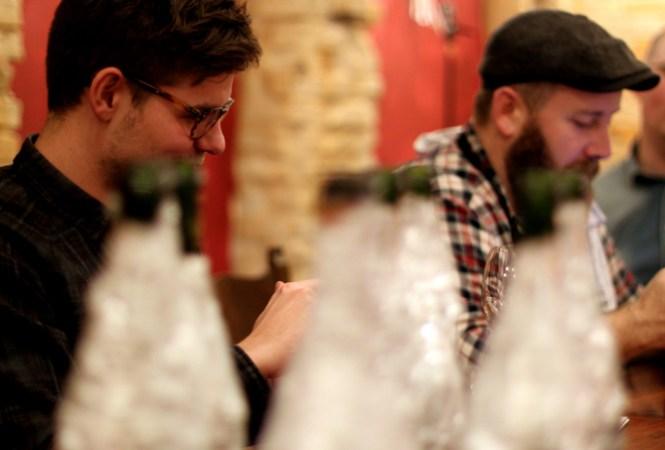 Champagne i forgrunden - Mikkel og Thomas i baggrunden...
