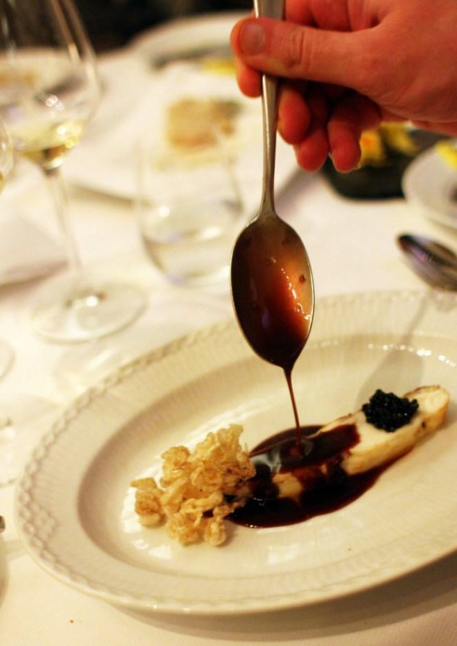 Pighvar, rødvinssauce, griseøre, kaviar - OMG!