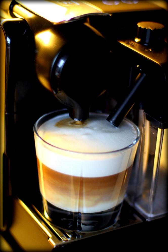 Nu drikker vi jo ikke latte, men smuk det bliver den da...