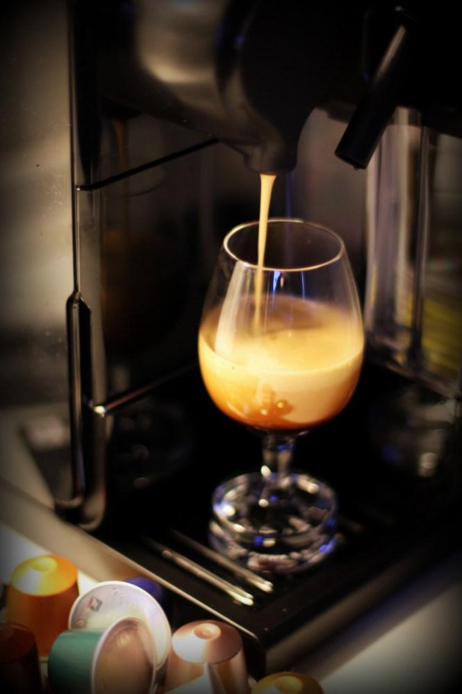 Hvis du tilfældigvis har et af de her specielle limitied edtion Nespresso glas så brug dem...