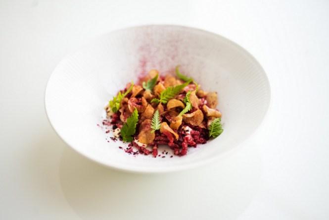 Oksetatar med bær, kartoffelchips og sennepsmayo - Foto: Rasmus Flindt Pedersen