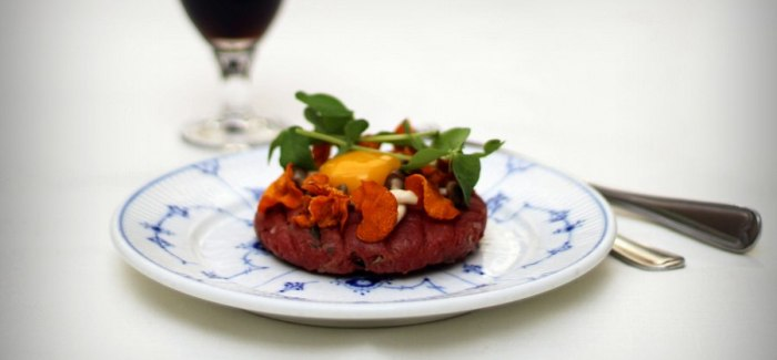 Suveræn Smørrebrød: Rørt tatar, rå æggeblomme, svampe og gulerodschips