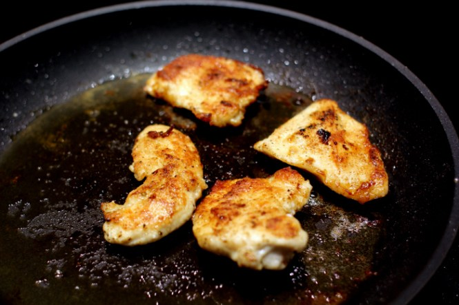 Lidt øko-kylling vendt i mel og stegt i store mængder olie...