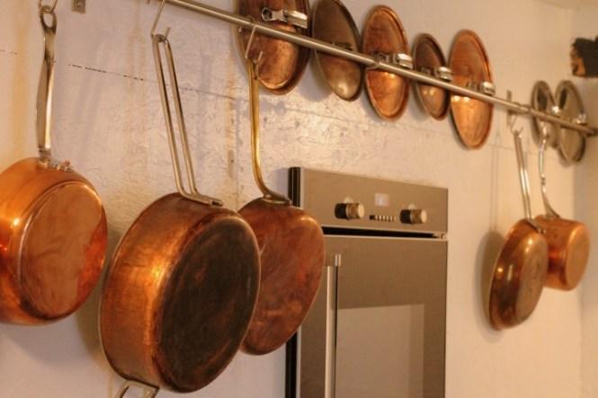 Køkkenet er fyldt med kobber.