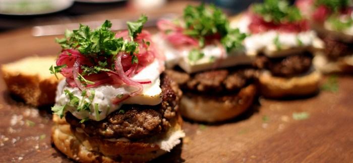 Lammeburger med Tzatziki og Syltede Løg