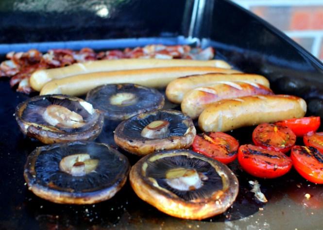 Svampe, tomater, pølser og bacon...