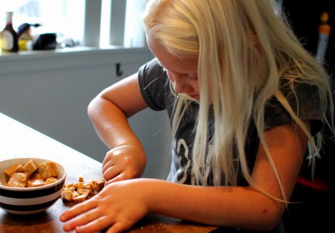 En lille hjælper til at skære peanutkaramel ud...