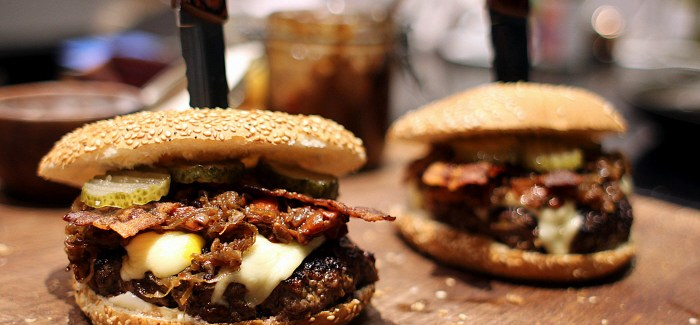 Opskrift: Bisonburger w. Sugar Coated Bacon & Bourbon Glazed Onions