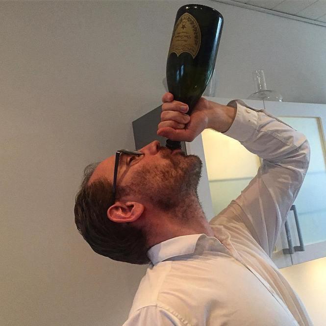 The Johan drikker Champagne