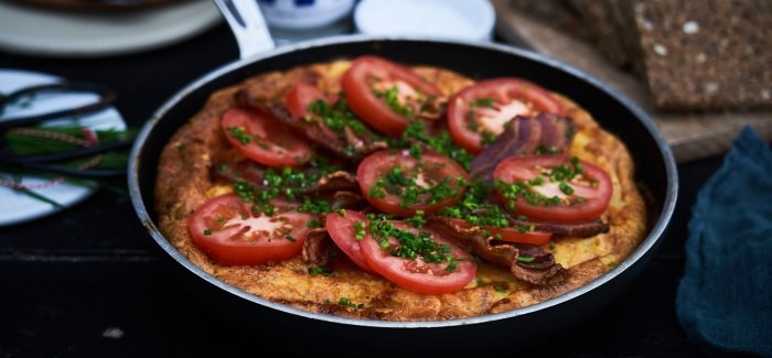 Gammeldags æggekage med masser af tomat, purløg og bacon