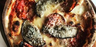 Pizza med salami ventricina og aubergine