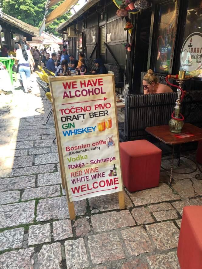 WE HAVE ALCOHOL skilt i Sarajevo